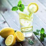 Tomar agua con limón en ayunas: toda la verdad (receta)