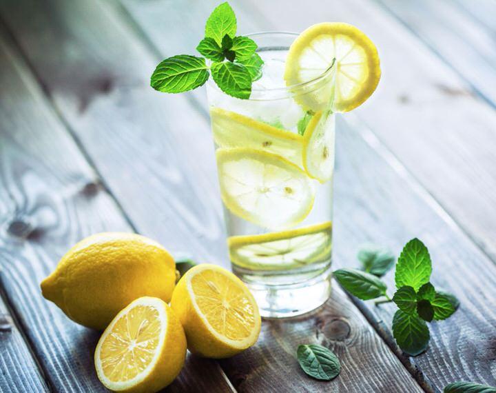 Toda la verdad sobre el agua con limón
