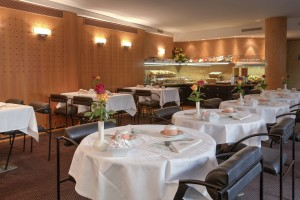 Breakfast_tables_and_buffet_-_Paris_Opera_Cadet_Hotel