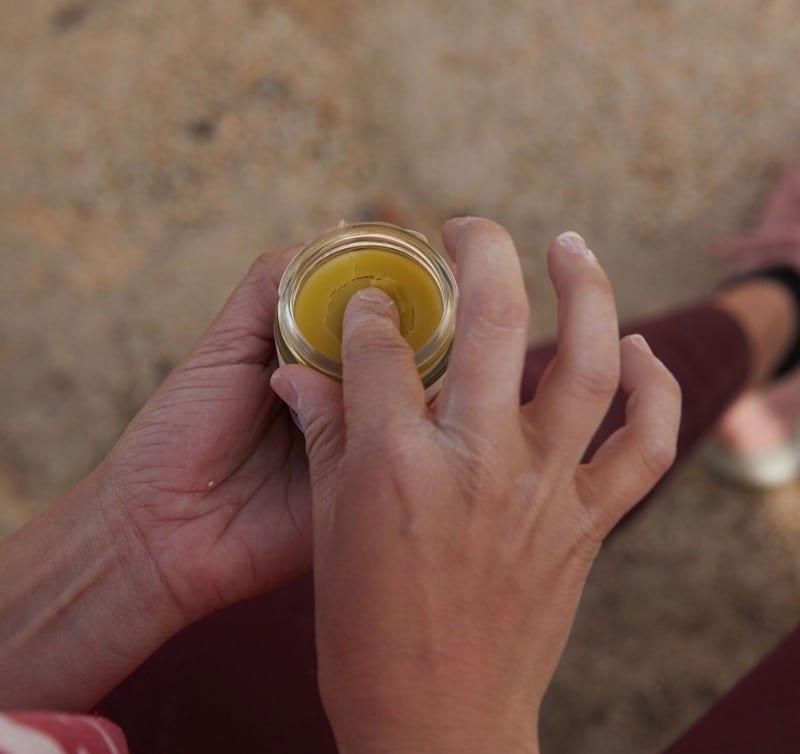 mano sumergiendo el dedo en All Good Goop